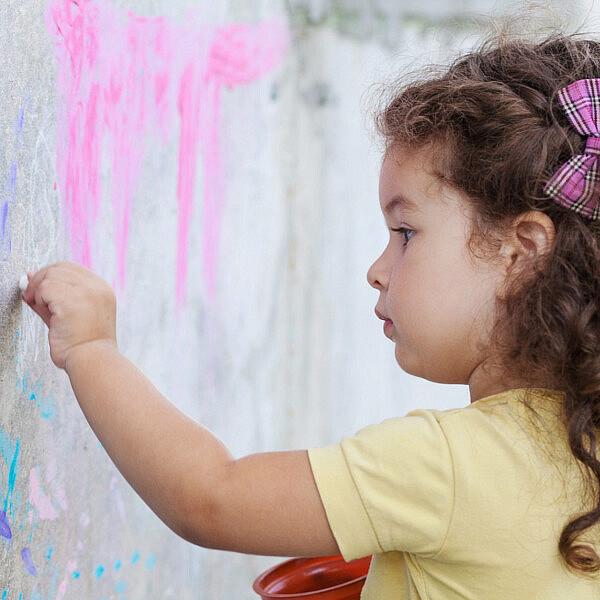 ילדה חמודה ושמאלית | צילום: Shutterstock
