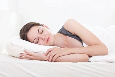 האזנה למוזיקה מרגיעה או עיסוי לפני השינה עשויים לעזור להירדם   צלם: א.ס.א.פ קריאייטיב   Ana Blazic Pavlovic, shutterstock