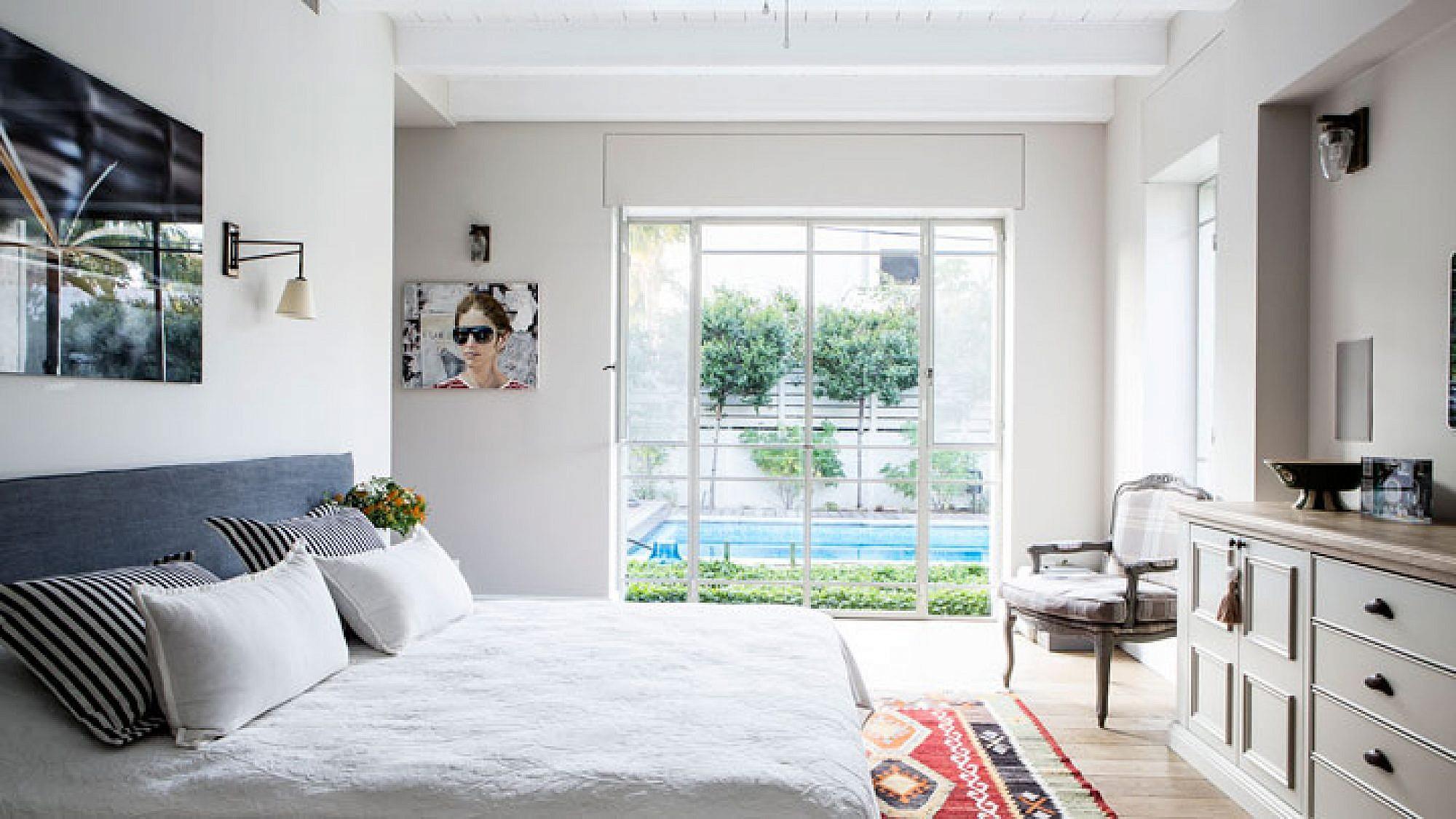 חדר שינה והורים. מבט אל הבריכה | צילום: איתי בנית