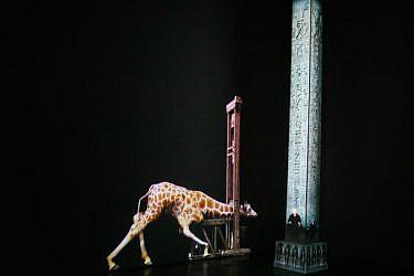 """פרט מס' 1 מתוך מוזיאון התמימות של המונומנטים העקורים: """"אובליסק לוקסור"""", 2014, מיצב וידאו בשני ערוצים, 3:20 דקות, הקרנה מחזורית. צילום: רננה נאומן"""