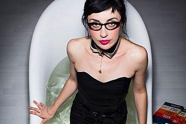 ננה שרייר  בתערוכת נשים באמבטיה. צילום: שי גבריאלי