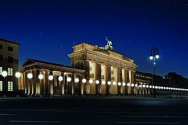 8,000 בלונים לבנים, שנראו כעמודי תאורה, פוזרו לאורך הנתיב של חומת ברלין. צילום: Daniel Bueche