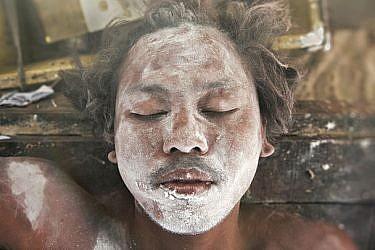 צילום בעומק שדה רדוד מאפשר ליצור רקע מטושטש, שבדרך כלל מחמיא לצילומי פנים. את הצילום הזה של בחור מקהילת המוקן בדרום תאילנד צילמתי מקרוב ובצמצם פתוח. צילום: עודד וגנשטיין
