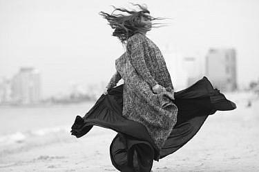 יעל אבקסיס. שמלה דודו בר אור לשואורום ווינגולד, סוודר אלמביקה | צילום: דודי חסון