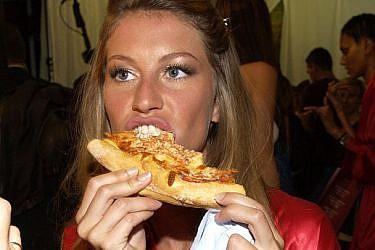 סורפרייז סורפרייז, גם דוגמניות אוכלות! ג'יזל מאחורי הקלעים | צילום: gettyimages