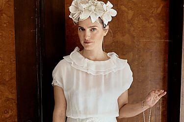 אלינור מודדת מגוון שמלות כלה שלא יעשו לכן חור בהינומה | צילום: ליה צ'סנקוב