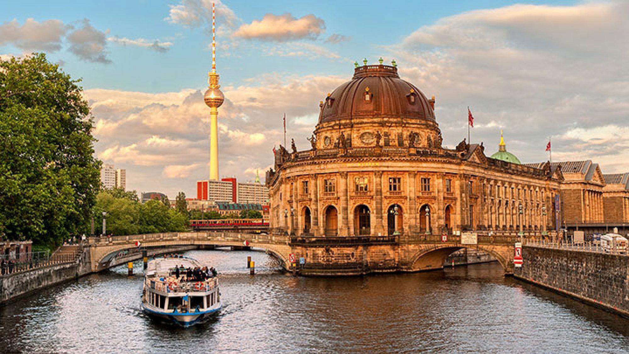 מוזיאון בודה על נהר הספרי ומגדל הטלוויזיה באלכסנדרפלאץ, ברלין   צילום: shutterstock