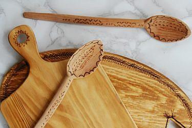 הכינו בעצמכם פלטה לגבינות מקרש עץ | צילום: דילה באירמוב
