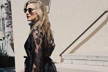 """אלינור לובשת שני צימרמן. שמלה 2,000 ש""""ח, נעליים אירו (אוסף פרטי), משקפי שמש טום בראון 3,700 ש""""ח   צילום: ליה צ'סנקוב"""