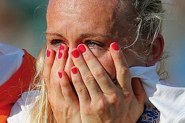 לורה באסט בוכה   צילום: GettyImages