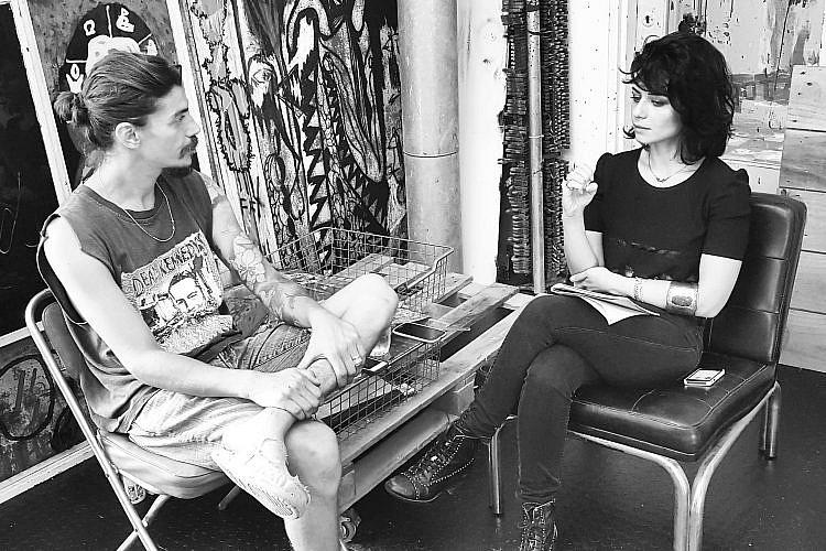 עם אמיר (סמי) גבריאל שבת. נינט לובשת: הלבשה תחתונה דלתא, חולצה גדי אלימלך, ג'ינס ונעליים אוסף פרטי, תכשיטים מאיה גלר | צילום: עידו איז'ק