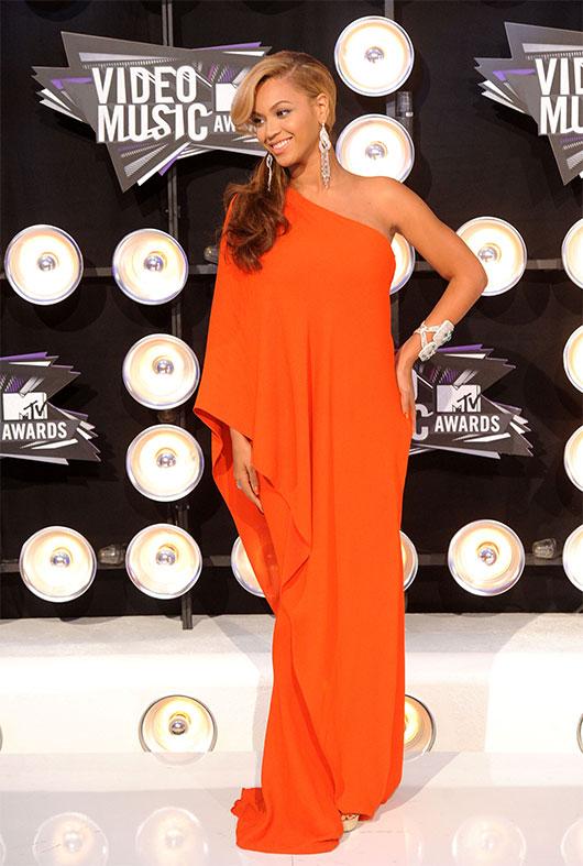 ביונסה לובשת שמלה בעיצובו של אלבר אלבז בטקס פרסי המוסיקה של MTV בשנת 2011 | צילום: GettyImages