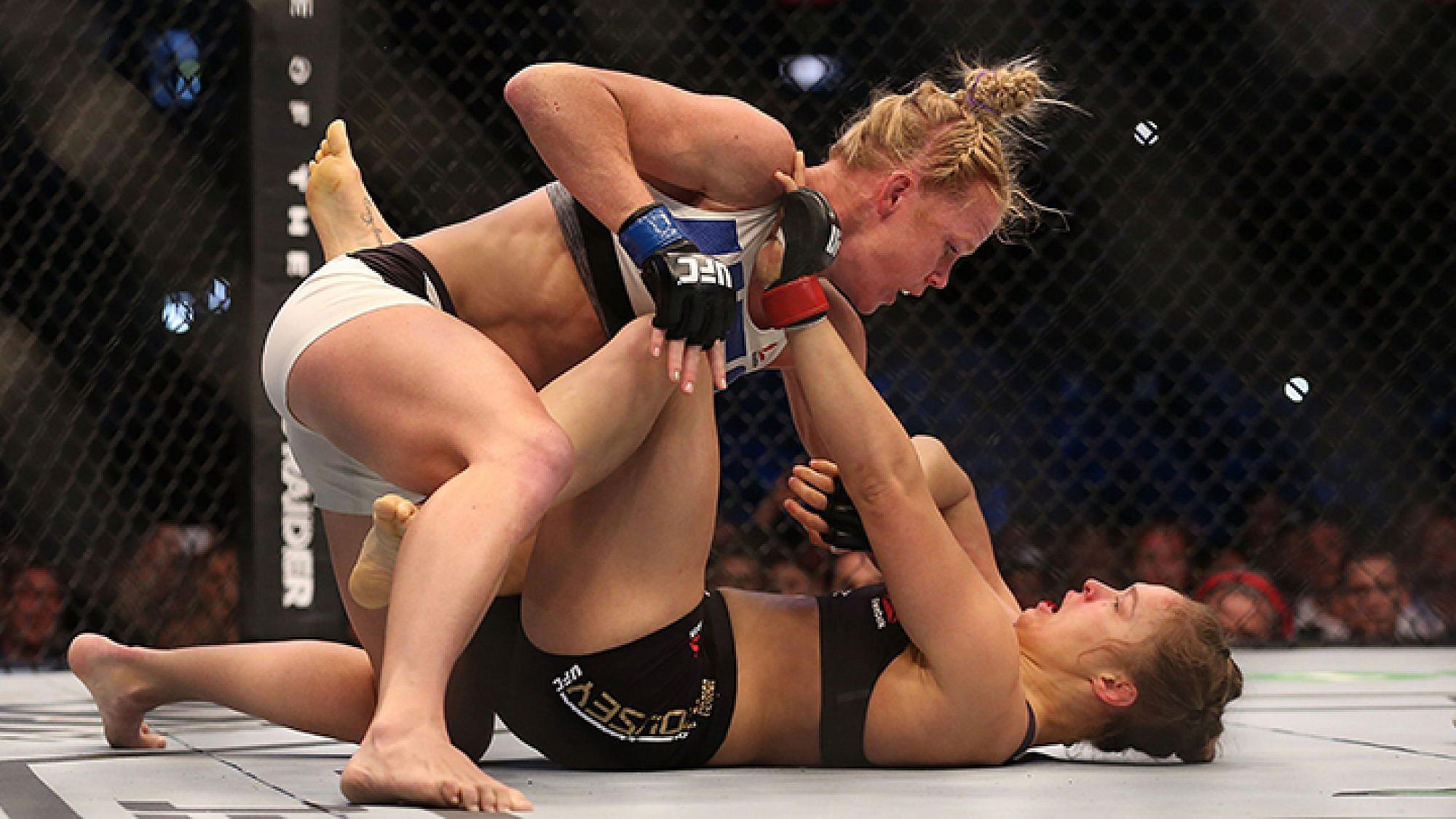 רונדה ראוזי (למטה) מובסת על ידי הולי הולם (למעלה) בקרב UFC האחרון   צילום: GettyImages