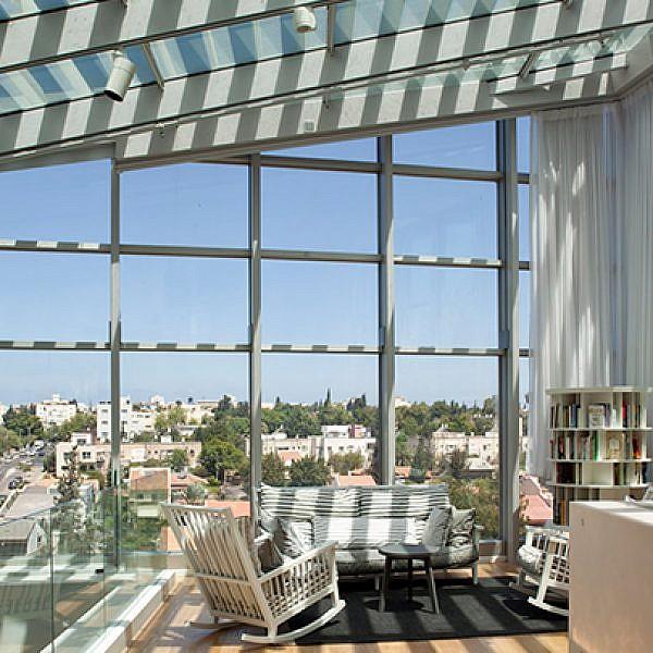 בניין משרדי הפרסום של חברת גיתם: שטח שנגרע מלב הבניין ויצר אטריון החוצה את כל הקומות, הפך לקוביית זכוכית על הגג המכילה את אזור הכניסה והלובי