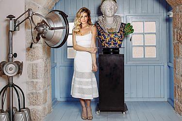 שמלה דני וינסטרה ל־PORTAY 1,900 ש״ח  נעליים שוז ווב סטור 850 ש״ח  טבעות Tous בטווח מחירים 410־485 ש״ח   צילום: ליה צ'סנוקוב