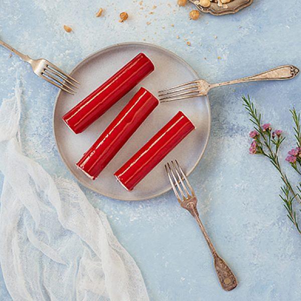 חטיפי קוקוס אדומים על ביסקוויט שקדים | צילום: שי פרנקו | סטיילינג: אינה גוטמן