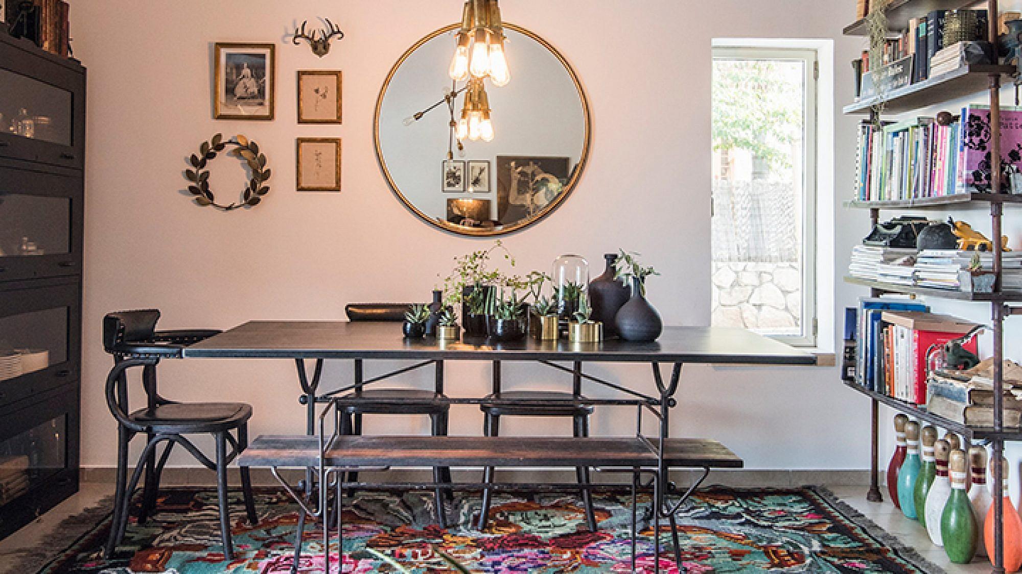 הלבשת הבית יכולה להפוך את אילוצי החלל ליתרון. למשל, בחירה ומיקום נכונים של רהיטים וגופי תאורה יטשטשו תקרה נמוכה ומשופעת   עיצוב: מירי בלבול    צילום: גלעד רדט