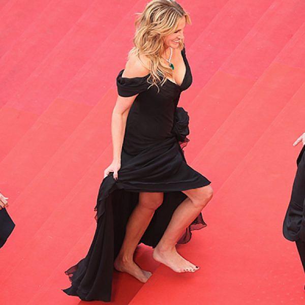 ג'וליה רוברטס זונחת את העקבים בפסטיבל קאן | צילום: GettyImages