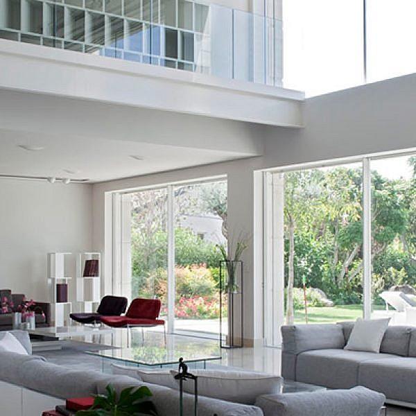 בית אלגנטי ומודרני שתוכנן לחובב אמנות ישראלית והפך לבית שגריר | צילום: עמית גירון