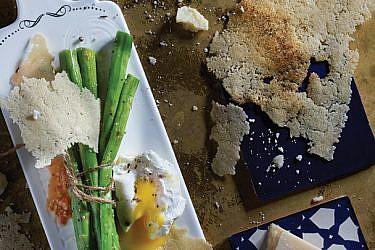 אספרגוס צרוב עם ביצה עלומה וטוויל פרמזן | צילום: אנטולי מיכאלו
