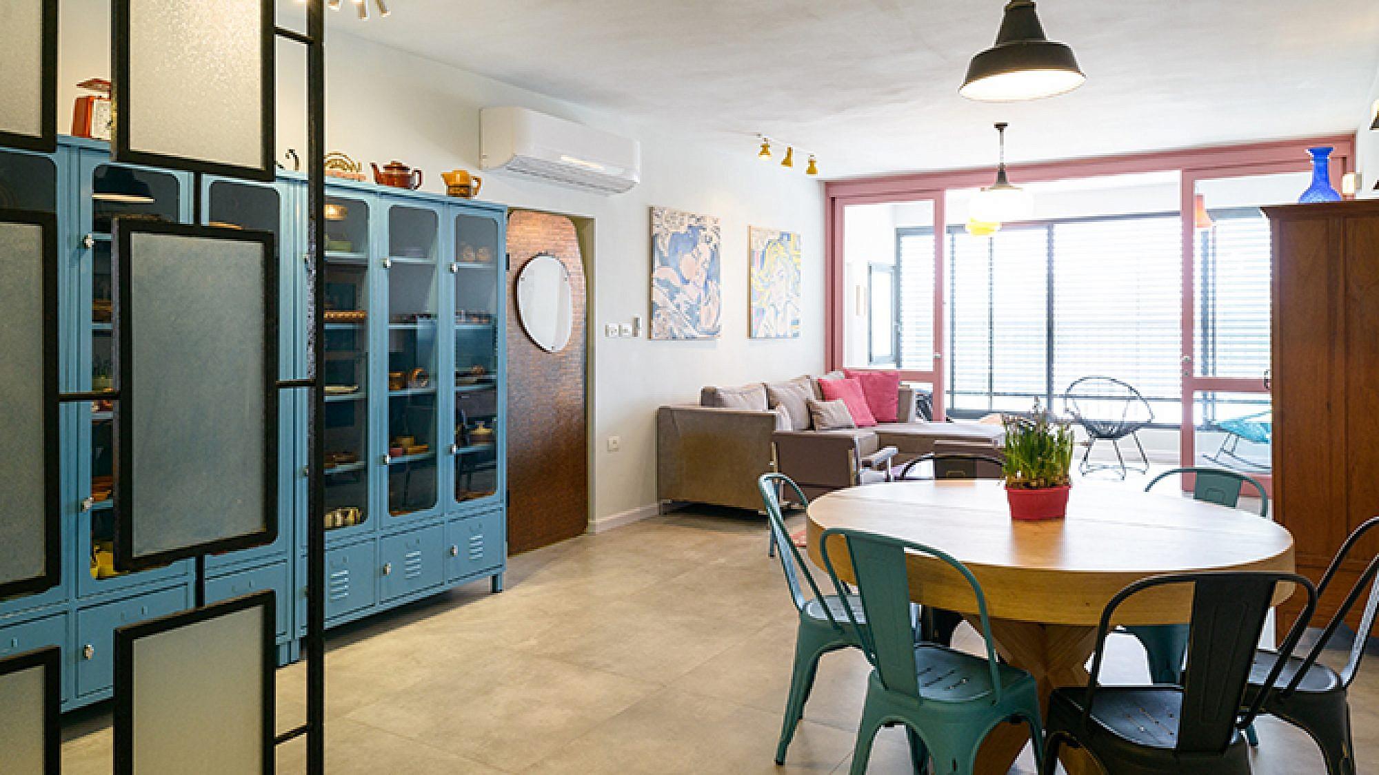 בתכלת ודלת הוויטרינה שנצבעה בוורוד עתיק, משפיעים על הצבעוניות של הבית  | צילום: אדריאן דודה