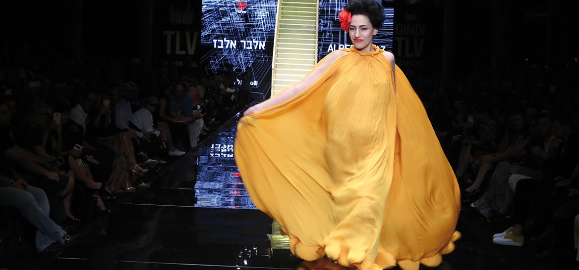 רונית אלקבץ עם שמלה בעיצובו של אלבר אלבז בפתיחת שבוע האופנה תל אביב בשנת 2016 | צילום: אבי ולדמן