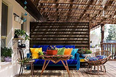 מרפסת שגודלה דומה לגודל הבית משמשת לאירוח ולבילוי משפחתי | צילום: שירן כרמל