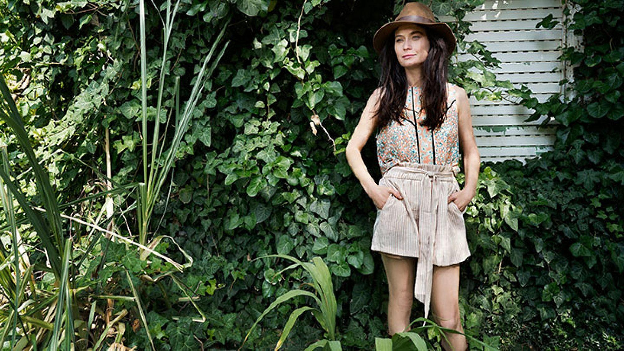 """""""התווית של פושטת רגל היא מאוד לא נעימה, אבל אני לא מרגישה לוזרית"""". לוסי דובינצ'יק   גופייה סבינה  מכנסיים מנגו  כובע H&M  מגפיים אוסף פרטי   צילום: רון קדמי"""