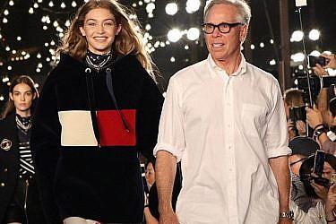 """טומי הילפיגר עם ג'יג'י חדיד בסיום תצוגת האופנה בשבוע האופנה בניו יורק   צילום: יח""""צ"""
