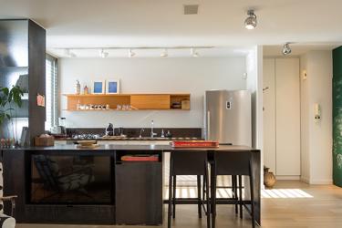 יחידת ברזל הוצבה במקום הקיר שהפריד בין המטבח לסלון ונוצר חלל פתוח ומרווח | צילום: שרון צרפתי