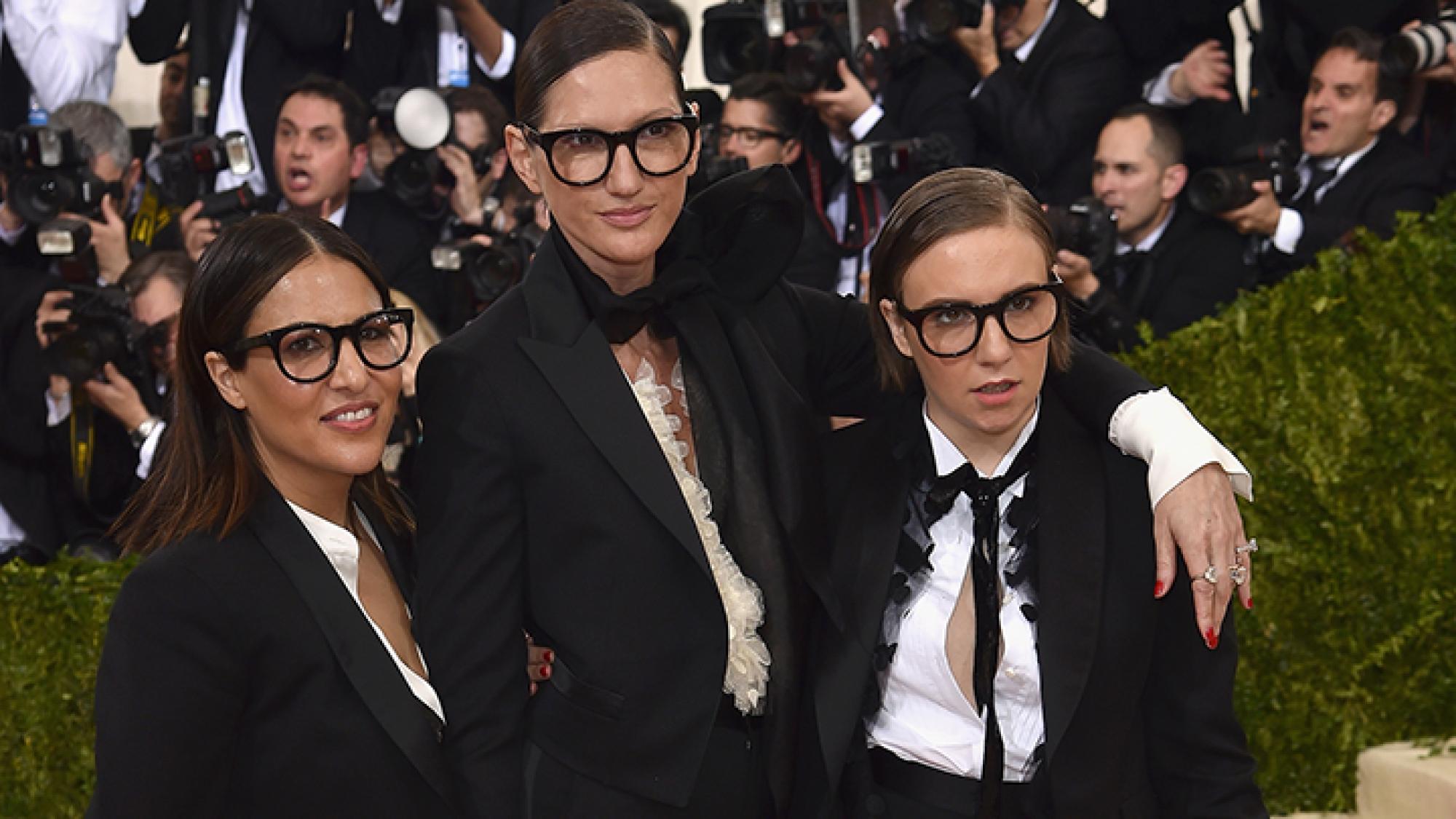 לנה דנהאם לצד ג'ניפר קונר וג'נה ליונס במט גאלה | צילום: GettyImages