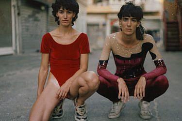 גילי (מימין): בגד גוף סטודיו הכל דבש | חן: גופייה ומכנסיים סטודיו הכל דבש | עגיל רובי סטאר | צילום: דודי חסון