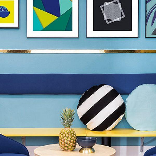 בלאונג' שולטים כל הצבעים הכי טרנדיים: כחול, תכלת עם נגיעות זהב, צהוב, לבן ושחור, המשולבים בדפוסים גרפיים מובהקים (פסים, משולשים, מרובעים, עיגולים ועוד) | צילום: Luis Beltran