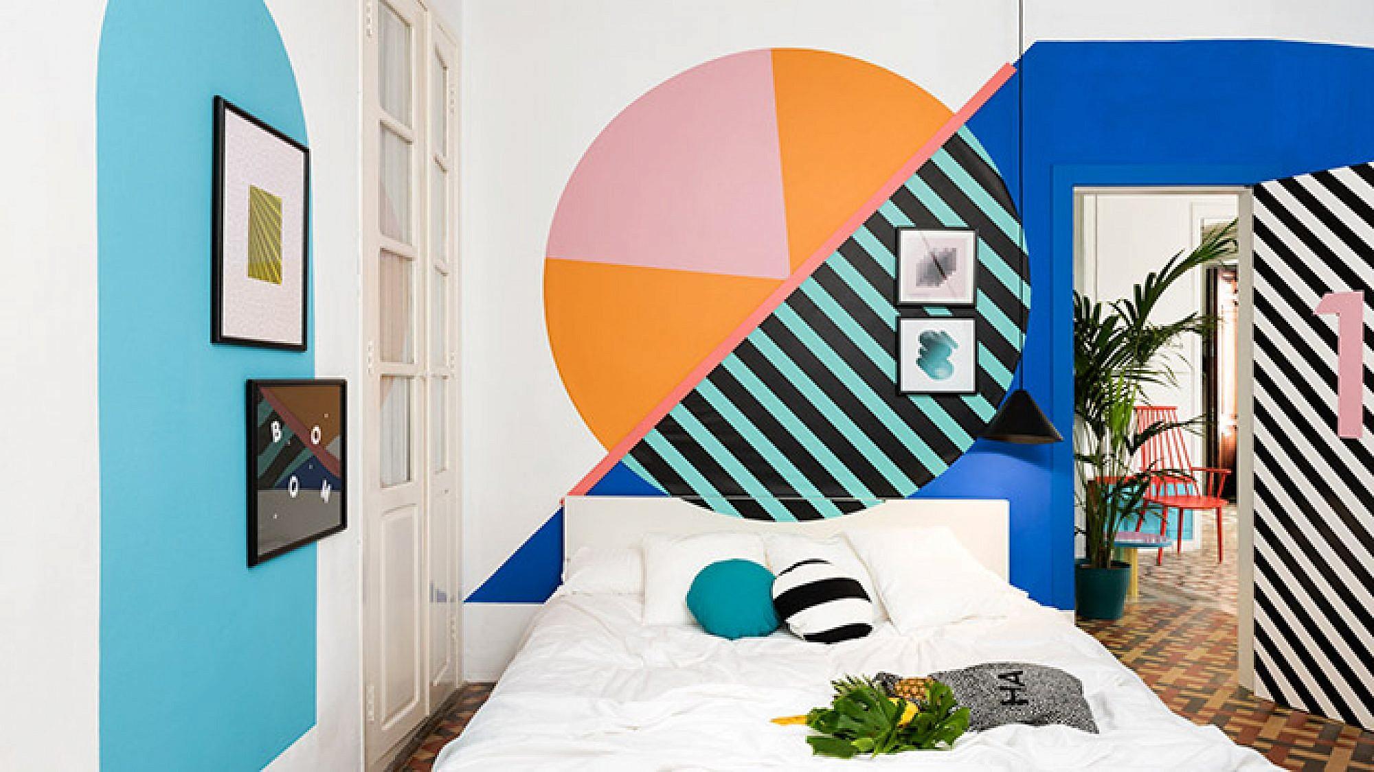 חדר שכמעט לא פוסח על שום טרנד, בראשו הטרנד הגיאומטרי. על הקירות נצבעו צורות גיאומטריות שונות וגדולות, בצבעוניות מגוונת. הרצפה נותרה בעיצובה המקורי והמסורתי   צילום: Luis Beltran