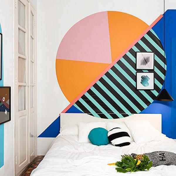חדר שכמעט לא פוסח על שום טרנד, בראשו הטרנד הגיאומטרי. על הקירות נצבעו צורות גיאומטריות שונות וגדולות, בצבעוניות מגוונת. הרצפה נותרה בעיצובה המקורי והמסורתי | צילום: Luis Beltran