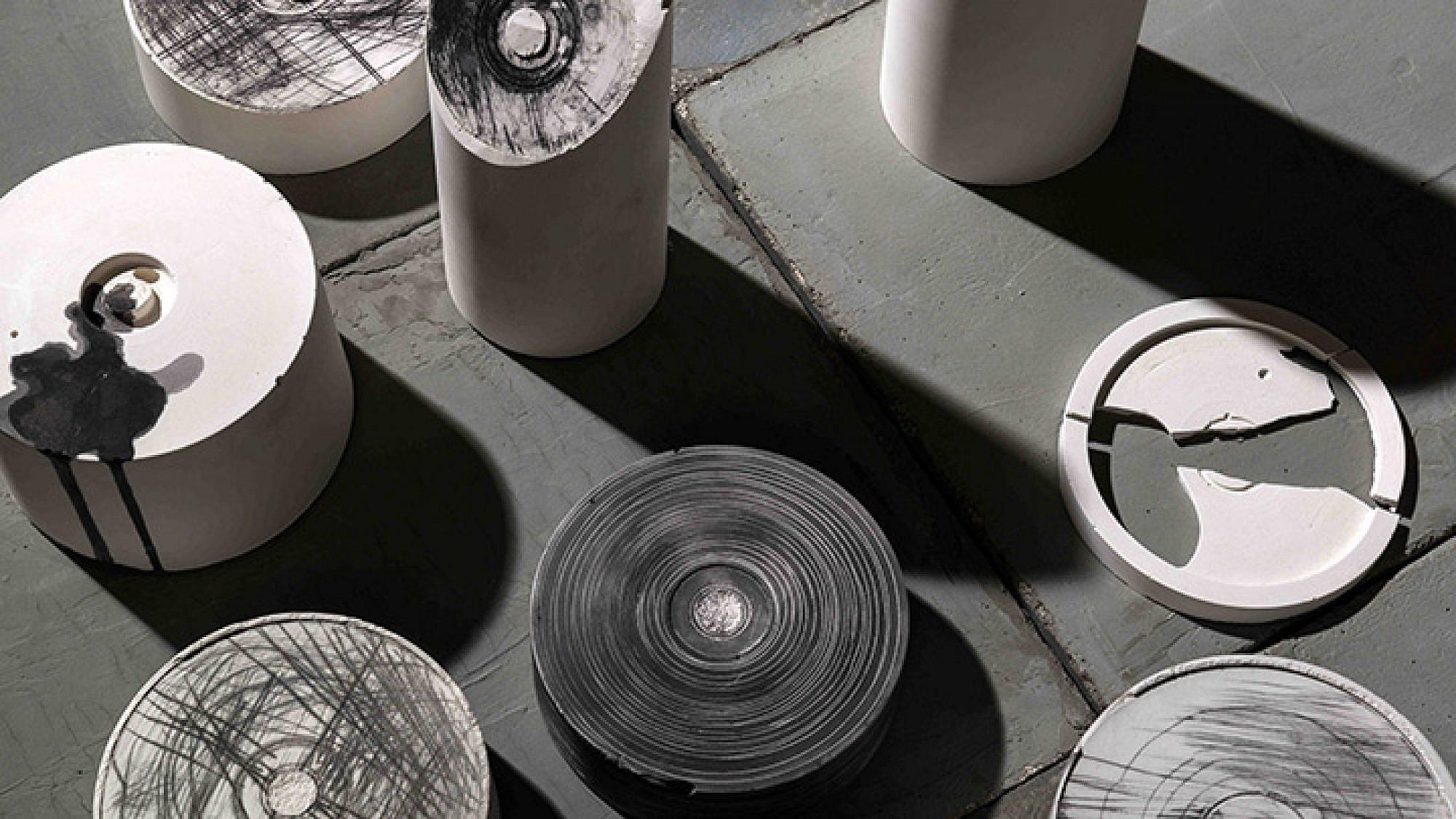 פונר קוקס הופכת את חלל התצוגה לאתר חקירה פעיל   צילום: מידד סוכובולסקי