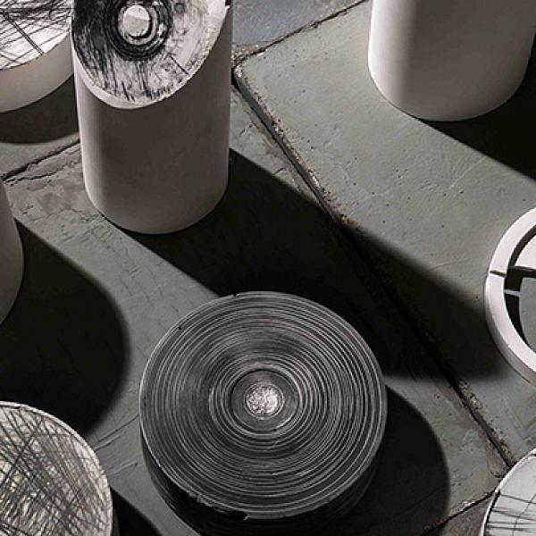 פונר קוקס הופכת את חלל התצוגה לאתר חקירה פעיל | צילום: מידד סוכובולסקי