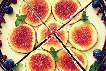 עוגת גבינה עם שוקולד, אוכמניות, פולי קקאו, תותים מיובשים, תאנים ונענע | מתוך עמוד הספייסבוק Tamar Tabak - Chef Pâtissier