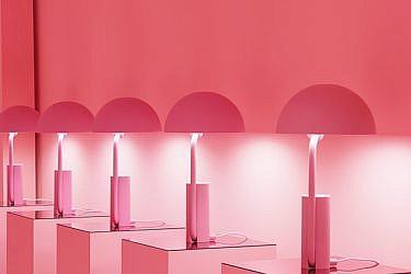 """חלל שטובל כולו בגוונים של ורוד נותן למבקרים תחושה שהם נעים סביב מיצב אמנותי    """"נורמן קופנהגן"""""""