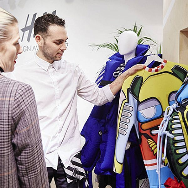 עמיר מרק מציג את הקולקציה שלו בפני בכירי H&M | צילום: יח