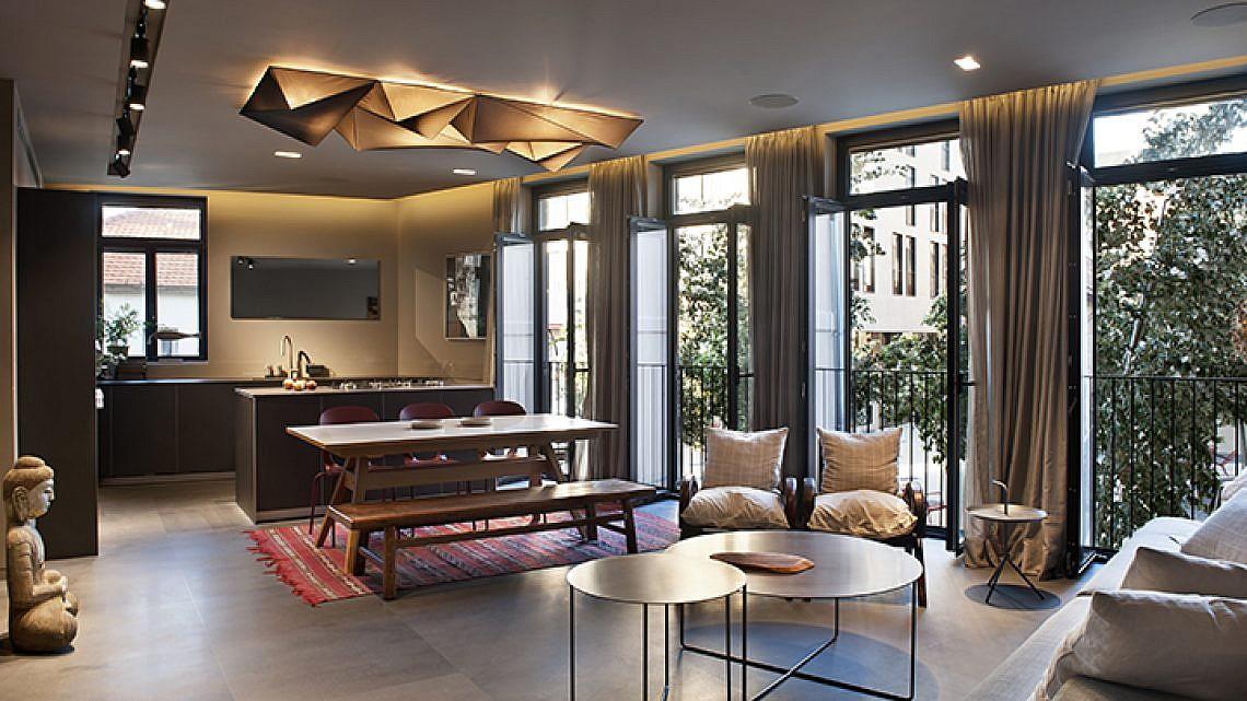 שילוב של גופי תאורה פונקציונליים ואווירתיים בסלון   אדריכלות ועיצוב פנים: ערן בינדרמן, צילום: עודד סמדר