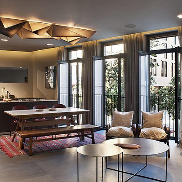 שילוב של גופי תאורה פונקציונליים ואווירתיים בסלון | אדריכלות ועיצוב פנים: ערן בינדרמן, צילום: עודד סמדר