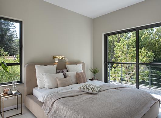 כדי לא לסנוור את בן הזוג בזמן קריאה בחדר השינה, הותקן גוף תאורה מתכוונן במרכז המיטה (כמו במטוס)   עיצוב פנים: גליה ואנונו   צילום: עמית גושר