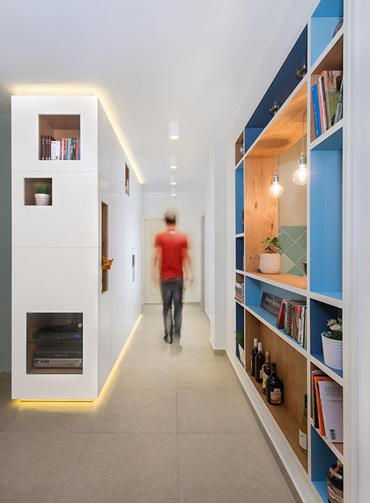 ארון מסדרון תוכנן כגוף תאורה מרחף עם ניתוקי תאורה רצפתית ותקרתית   עיצוב פנים: רועי זליחובסקי   צילום: רסקין פרלמן