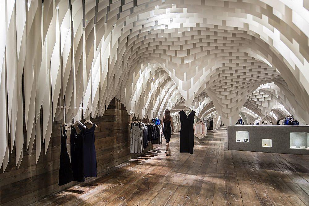 חנות אופנה בסין: חיתוכי פסי פיברגלס ביותר מ-10,000 צורות   עיצוב: 3GATTI   צילום: Shen Qiang