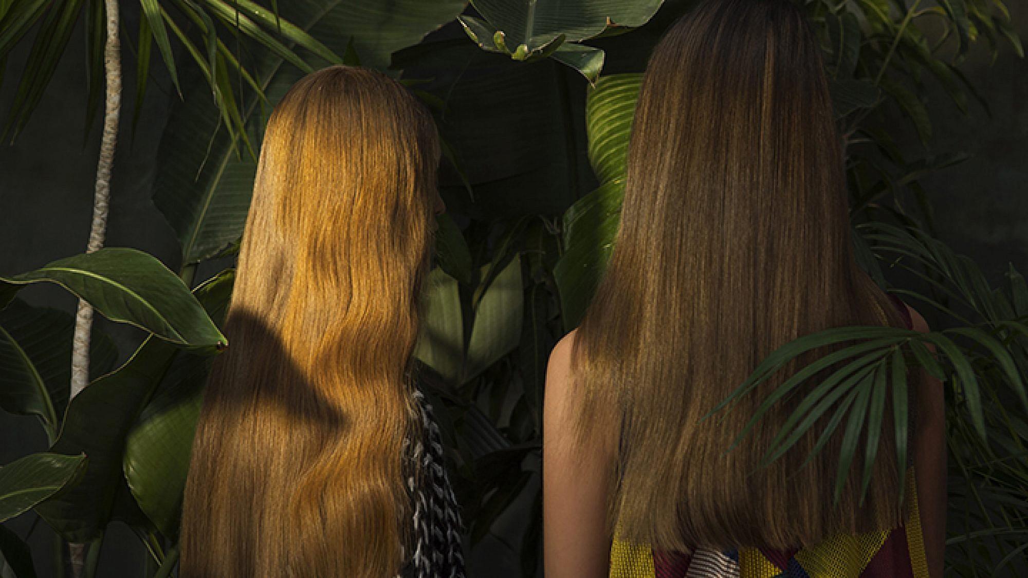 מימין: שמלה דנה סידי ל-Style For Rent | משמאל: סוודר Show Time ל-Style For rent | צילום: תום מרשק