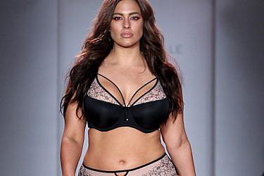 מדגמנת הלבשה תחתונה על המסלול בשבוע האופנה בניו יורק | צילום: GettyImages