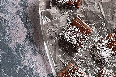 בראוניז שוקולד, קוקוס ושקדים | צילום: בועז לביא