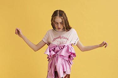 """טי שירט H&M מחיר 119 ש""""ח, חולצת וולאנים H&M 229 ש""""ח, שמלה כחצאית גליה להב 12,800 ש""""ח   צילום: מיכאל טופיול"""