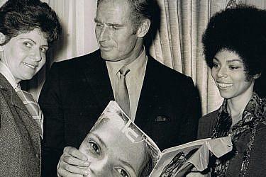 """רות סירקיס (משמאל) עם השחקן צ'רלטון הסטון ובידו גיליון """"את"""", הוליווד 1970"""